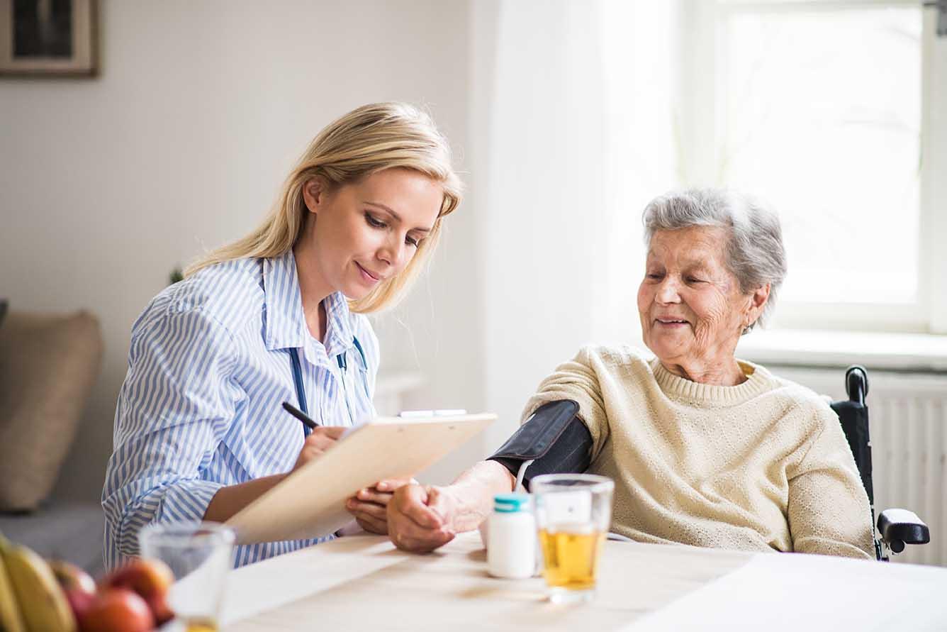 Senioren im Alltag helfen bei Papierkram