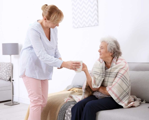 Betreuung von Senioren Demenzbetreuung Tee reichen