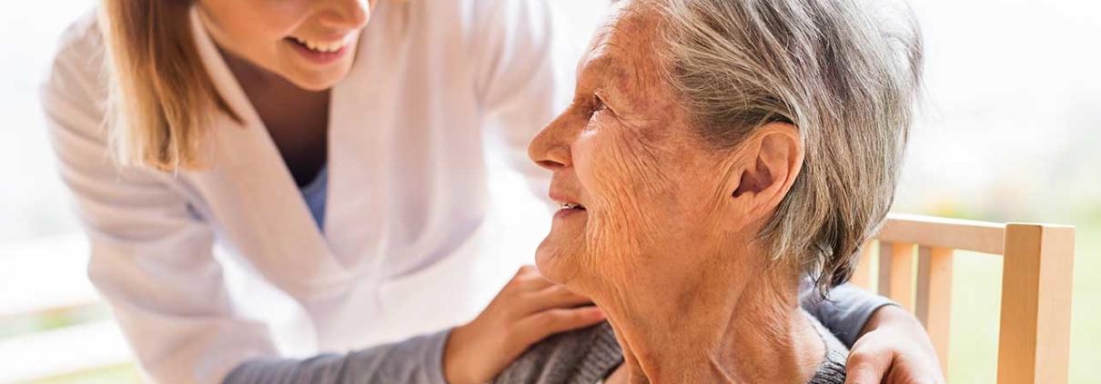 Senioren im Alltag 24-Stunden-Pflege in Arm nehmen